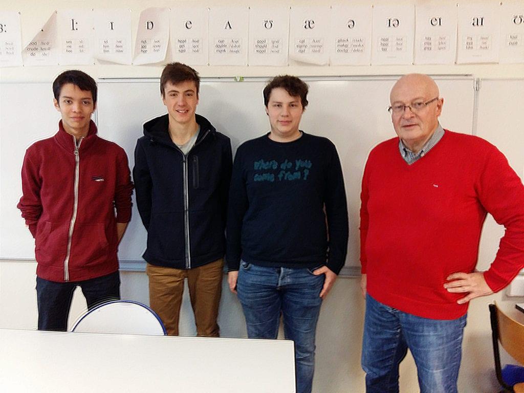 Les lycéens Adrien, Aymeric et Rafaël accompagnés d'Hervé Herry, conseiller municipal en charge de la Communauté des villes Ariane pour Vernon.
